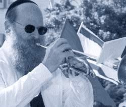 Человек играет на трубе рисунок