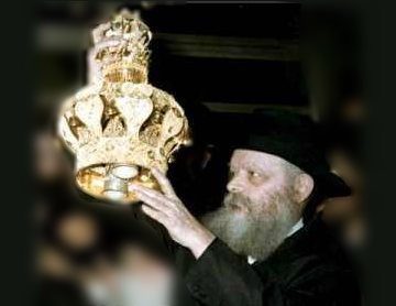 http://www.moshiach.ru/pic/rebe-with-sefer-tora-crown.jpg