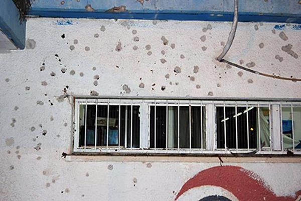 Шрапнель на здании школы в Ашдоде (фото: Зеэв Трахтман)